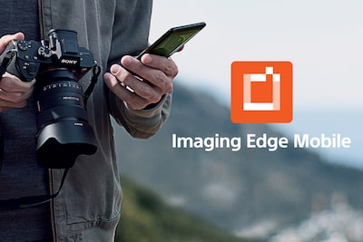 Muž držiaci fotoaparát α1 a smartfón; logo Imaging Edge Mobile