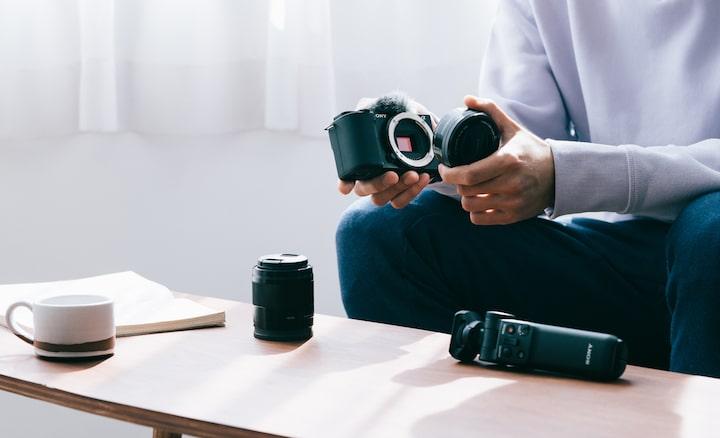 Fotografia osoby meniacej objektív