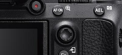 Tlačidlo AF-ON amultifunkčný volič